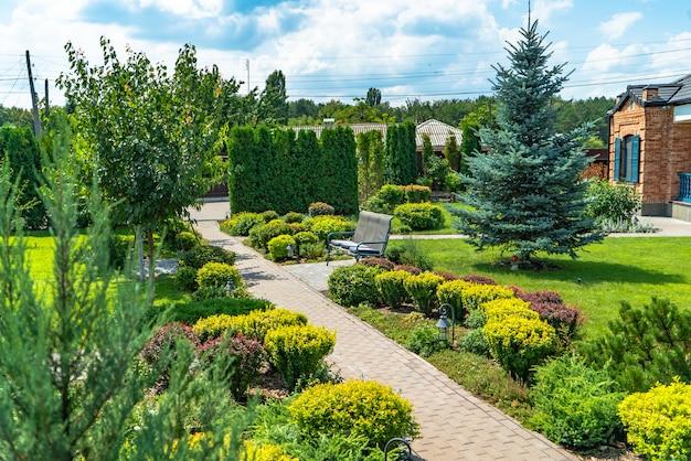 Красивый ландшафтный дизайн с красивыми растениями и цветами