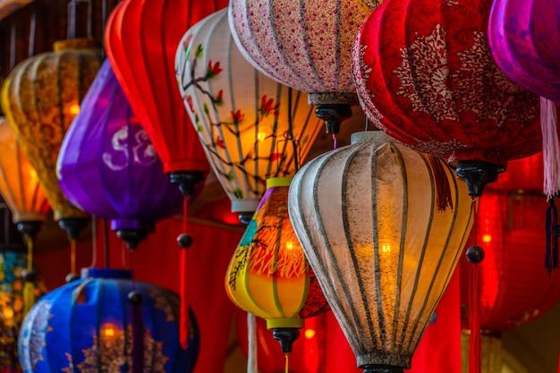 美しいランタンはホイアン古都の古い通りに光を広げます