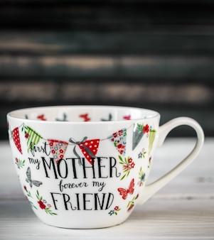 母の日と3月8日のための美しい大きなカップ