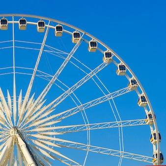 아름다운 대형 관람차. 그리고 푸른 하늘.