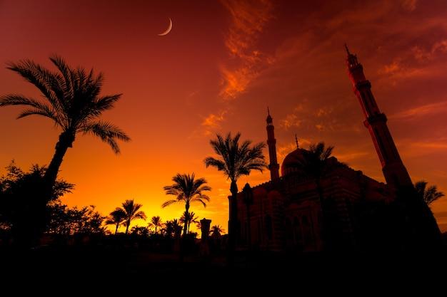 Красивая большая исламская мечеть в закатном небе