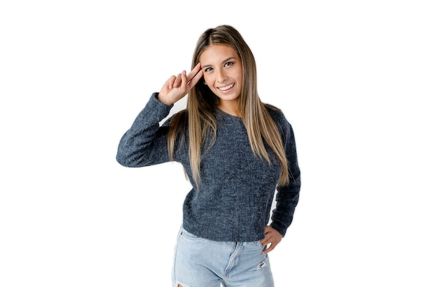 아름다운 라틴 여성은 이마에 손을 얹고 순수한 흰색 배경에 행복한 태도로 손을 흔들고 있습니다. 스튜디오에서 가져 가라.
