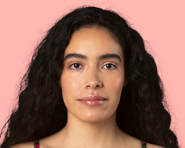 美しいラテン系の若い女性、顔の肖像画