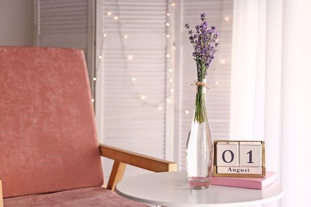 部屋のテーブルの上に花瓶の美しいラベンダーの花