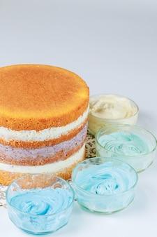 ブルーフロスティングの美しいレイヤードケーキ