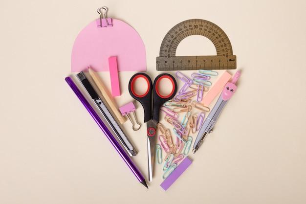 하트 모양의 예쁜 문구류 레이아웃 핑크색 스티커 핑크색 나침반 색종이 클립...