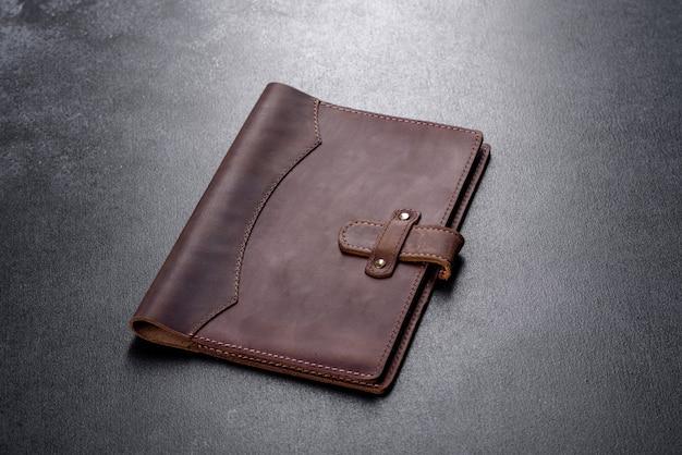 Красивый кожаный коричневый футляр из кожи, предназначенный для ноутбука