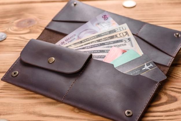 Красивый кожаный коричневый кошелек из кожи для хранения бумажных денег и кредитных карт