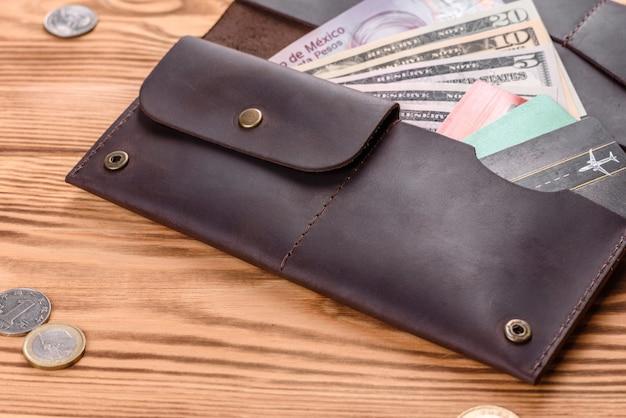 Красивый кожаный коричневый кошелек из кожи для хранения бумажных денег