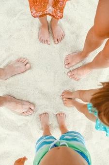 Красивые ножки на песке морского побережья греции