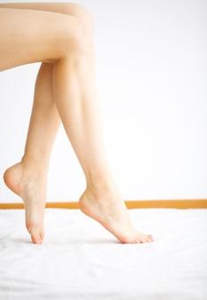 新鮮なペディキュアを持つ女性の美しい脚