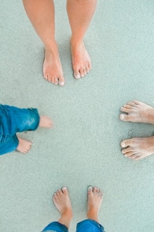 자연 배경에 바다 근처 모래에 아름다운 다리