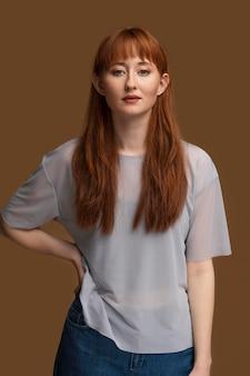 美しいレズビアン赤毛の女性