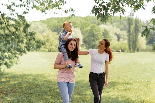 公園の美しいlgbtの家族