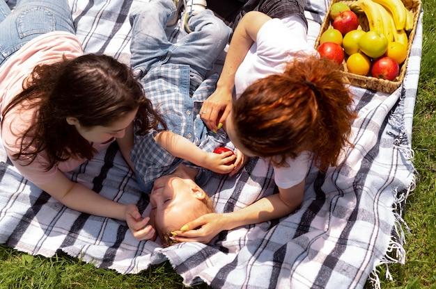Красивая семья лгбт в парке