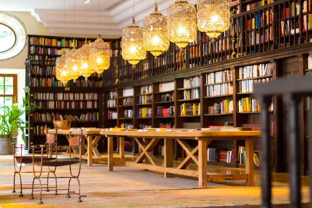 コリアス修道院の美しい図書館。