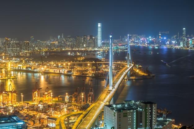 홍콩의 다리가 있는 아름다운 조명과 건물