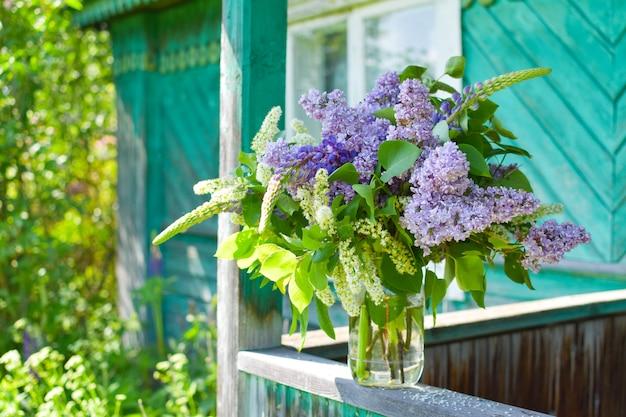 Красивые сиреневые цветы в корзине на открытом воздухе летом. ботанический естественный фон