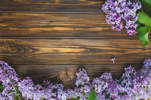 목재 탁상에 아름 다운 라일락