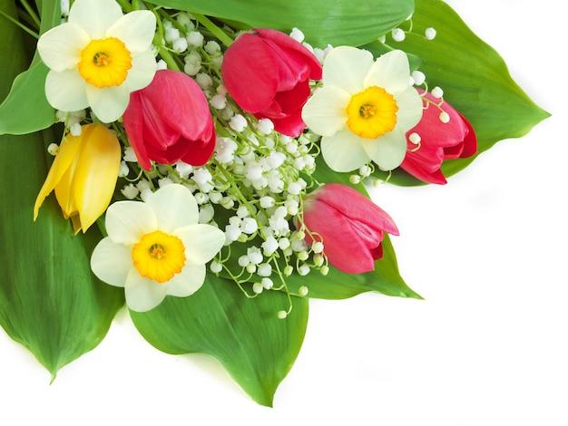 Букет красивых ландышей, нарциссов и тюльпанов на белом,