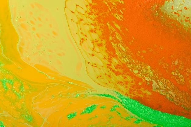 Красивая жидкая текстура лака для ногтей. оранжевый, зеленый, желтый цвета. фон с копией пространства. жидкое искусство, техника заливки. хорош в качестве цифрового декора.
