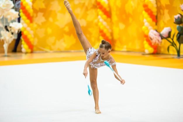 Красивая маленькая активная гимнастка с ее выступлением на ковре