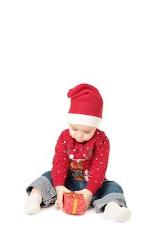 美しい小さな赤ちゃんがクリスマスを祝う