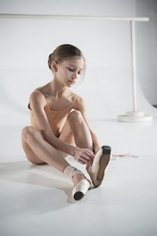 ポアント靴を履いて美しい小さなバレリーナ