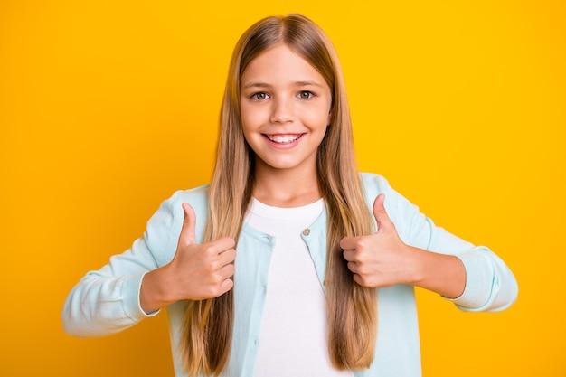 美しい小さなブロンドの女性モデルは、2本の腕を持ち親指の指を上げる
