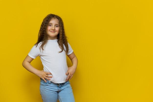 노란색 스튜디오 벽에 아름 다운 작은 패션 모델