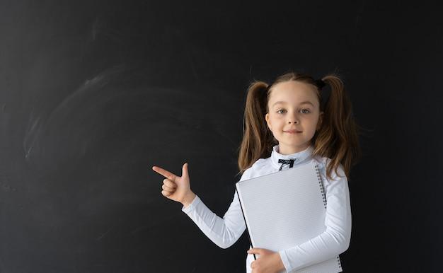 학교에서 아름 다운 어린 소녀