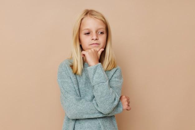 Красивая маленькая девочка жесты своими руками концепция образа жизни детей