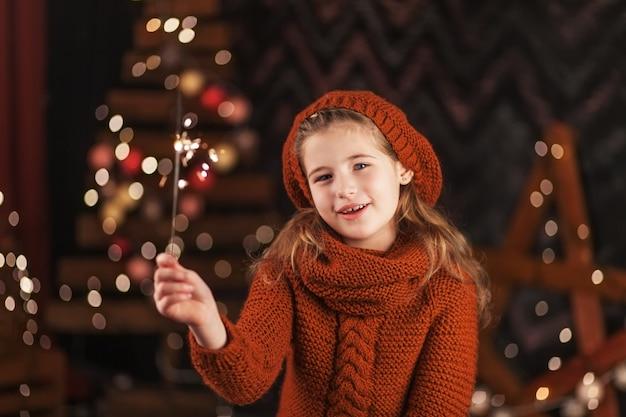 燃えるベンガルのライトを保持している美しい少女。