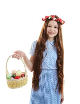 부활절 달걀, 흰색 절연 바구니를 들고 아름 다운 작은 소녀
