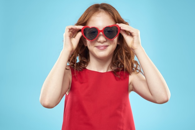 心のメガネと赤いドレス、プリンセス、青いスペースでかわいい赤ちゃんの美しい少女