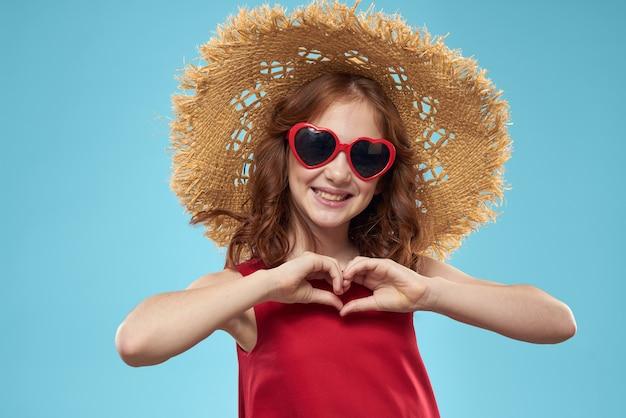 ハートのメガネと赤いドレス、プリンセス、かわいい赤ちゃんの美しい少女