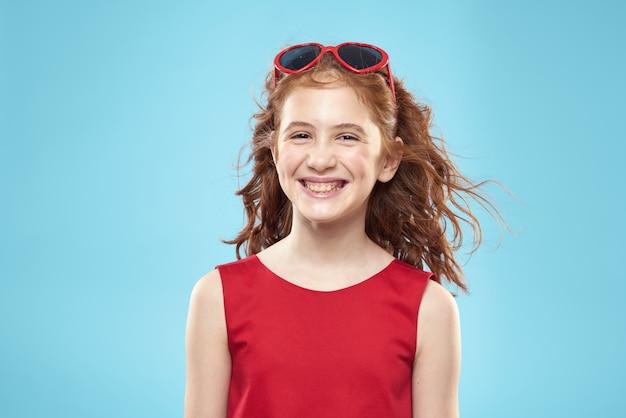 心のメガネと赤いドレス、プリンセス、かわいい赤ちゃんの美しい少女