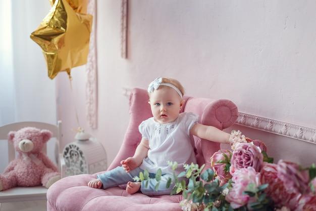ピンクのインテリアの美しい少女