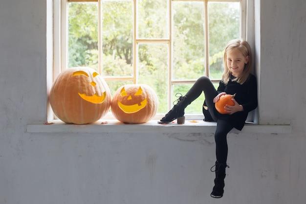 Красивая маленькая девочка в костюме ведьмы на хэллоуин