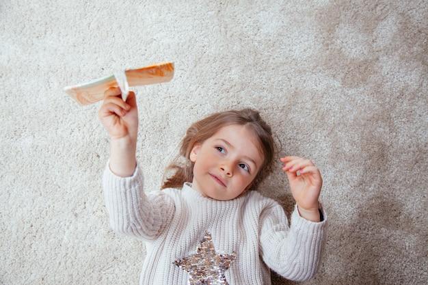 종이 비행기와 격리하는 아름 다운 작은 소녀
