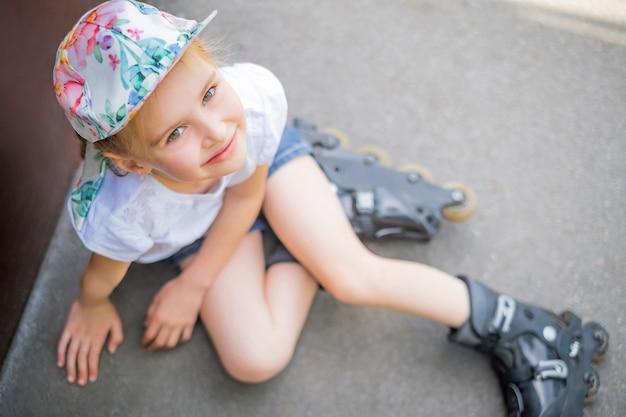 パークトップビューのローラースケートの美しい少女