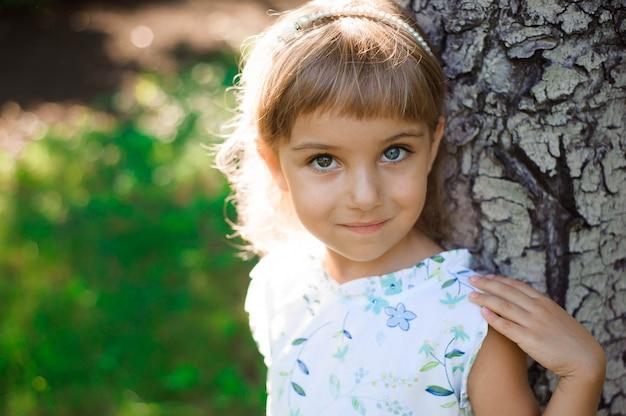 아름 다운 작은 소녀 야외. 행복한 어린 시절.