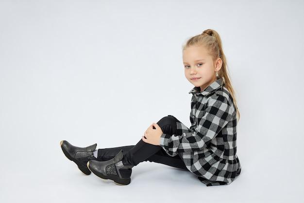 床に座っている美しい少女