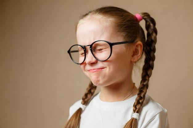 眼鏡をかけている美しい少女