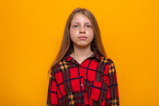格子縞のシャツを着ている美しい少女