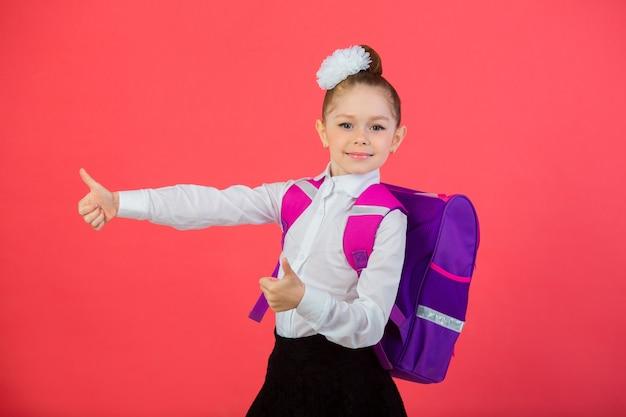 学校のランドセルと弓を持つ美しい少女