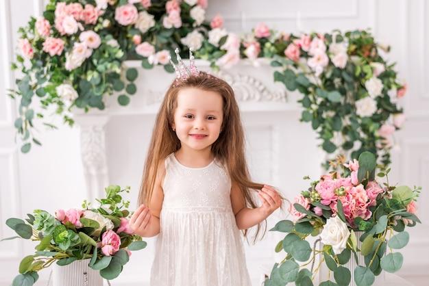 Красивая маленькая девочка с короной в шикарном платье