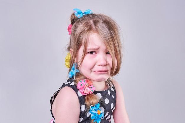 悲しそうな表情と涙の美しい少女