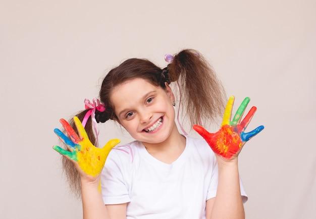 페인트에 손으로 아름 다운 어린 소녀