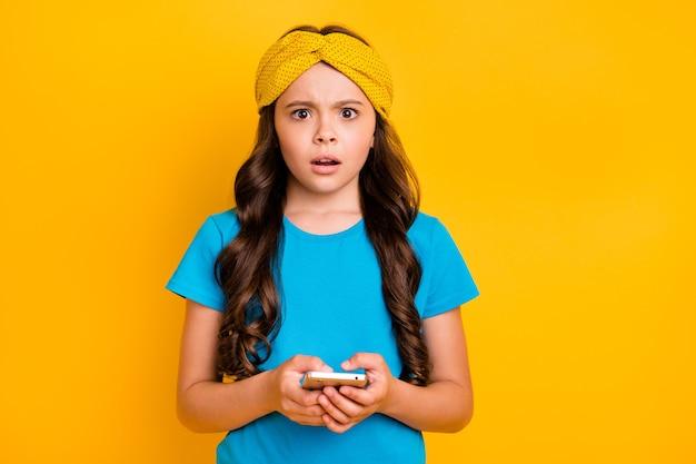 Красивая маленькая леди держит телефон в чате с друзьями